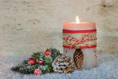 Decoración de la Navidad con la luz ardiente festiva de la vela Fotos de archivo