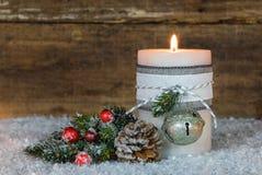Decoración de la Navidad con la luz ardiente festiva de la vela Imagen de archivo libre de regalías