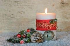 Decoración de la Navidad con la luz ardiente festiva de la vela Imágenes de archivo libres de regalías