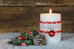 Decoración de la Navidad con la luz ardiente festiva de la vela Foto de archivo