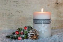 Decoración de la Navidad con la luz ardiente festiva de la vela Foto de archivo libre de regalías