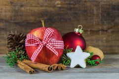 Decoración de la Navidad con la manzana roja, la galleta de la estrella y las especias aromáticas Fotos de archivo