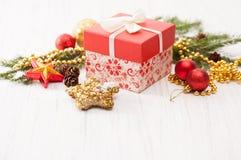 Decoración de la Navidad con la rama y el regalo del abeto Imagen de archivo