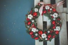Decoración de la Navidad con la ramita verde del árbol de Navidad, bolas de cristal rojas Foto de archivo libre de regalías