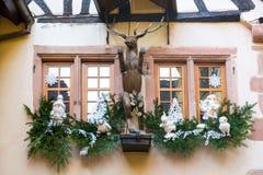 Decoración de la Navidad con Santa Claus en Riquewihr; Imágenes de archivo libres de regalías