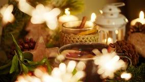 Decoración de la Navidad con té, velas, los mandarines, el pan de jengibre y la bengala de Blured Imágenes de archivo libres de regalías