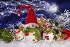 Decoración de la Navidad con tres muñecos de nieve Imagen de archivo libre de regalías