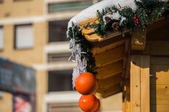 Decoración de la Navidad, con un fondo de madera y las decoraciones f Fotografía de archivo libre de regalías