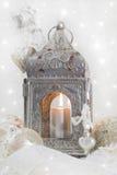 Decoración de la Navidad con un latern en blanco y plata para un chr Fotografía de archivo libre de regalías