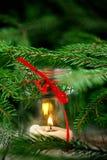 Decoración de la Navidad con la vela en tarro en fondo de las ramas de árbol de abeto fotografía de archivo libre de regalías