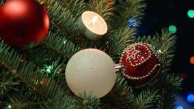 Decoración de la Navidad, días de fiesta y concepto del anuncio - cercano para arriba de la guirnalda verde natural del abeto con metrajes