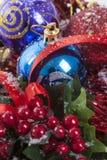 Decoración de la Navidad de las bayas del acebo Fotografía de archivo