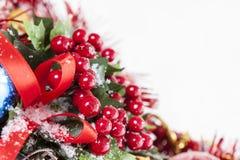 Decoración de la Navidad de las bayas del acebo Imagen de archivo libre de regalías