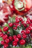 Decoración de la Navidad de las bayas del acebo Foto de archivo