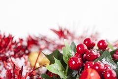 Decoración de la Navidad de las bayas del acebo Imagen de archivo