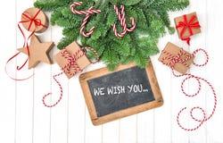 Decoración de la Navidad de las ramas de árbol de pino de los regalos de la pizarra Imagen de archivo