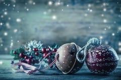 Decoración de la Navidad de las ramas del pino de Jingle Bells en la atmósfera de la nieve Foto de archivo
