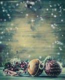 Decoración de la Navidad de las ramas del pino de Jingle Bells en la atmósfera de la nieve Imagen de archivo libre de regalías