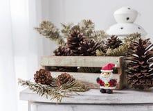 Decoración de la Navidad de los conos de Papá Noel y del pino en el taxi de madera Imágenes de archivo libres de regalías