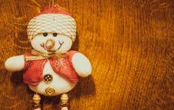 Decoración de la Navidad de Ssnowman aislada en el fondo de madera fotos de archivo libres de regalías