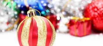 Decoración de la Navidad Decoraciones del día de fiesta en fondo del bokeh; C Imágenes de archivo libres de regalías