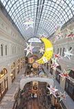 Decoración de la Navidad del Año Nuevo en grandes almacenes de la GOMA moscú Imagen de archivo
