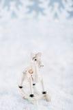 Decoración de la Navidad del caballo en el fondo blanco de la nieve Imágenes de archivo libres de regalías