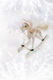 Decoración de la Navidad del caballo en el fondo blanco de la nieve Foto de archivo libre de regalías