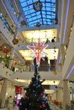 Decoración de la Navidad del centro comercial Foto de archivo libre de regalías