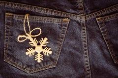 Decoración de la Navidad del copo de nieve del oro en el bolsillo azul de la mezclilla, Cristo fotografía de archivo