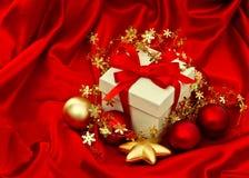 Decoración de la Navidad del rectángulo de regalo Estrellas rojas de las chucherías del oro Vintage s Foto de archivo libre de regalías