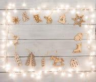 Decoración de la Navidad del vintage en la tabla de madera - ángel, ciervo, hous Fotos de archivo