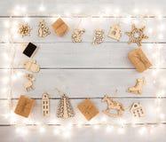 Decoración de la Navidad del vintage en la tabla de madera - ángel, ciervo, hous Imagen de archivo