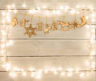 Decoración de la Navidad del vintage en la tabla de madera - ángel, ciervo, hous Imágenes de archivo libres de regalías