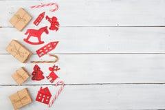 Decoración de la Navidad del vintage en la tabla de madera - árbol de Navidad, casas Imágenes de archivo libres de regalías