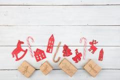 Decoración de la Navidad del vintage en la tabla de madera - árbol de Navidad, casas Imagen de archivo libre de regalías