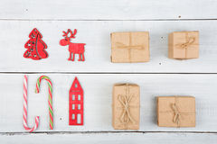 Decoración de la Navidad del vintage en la tabla de madera - árbol de Navidad, casas Imagenes de archivo