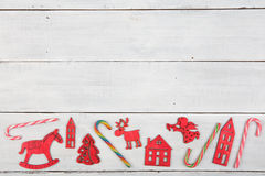 Decoración de la Navidad del vintage en la tabla de madera - árbol de Navidad, casas Foto de archivo