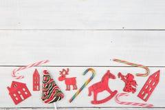 Decoración de la Navidad del vintage en la tabla de madera - árbol de Navidad, casas Fotos de archivo