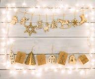 Decoración de la Navidad del vintage en la tabla de madera - cajas de regalo, ángel Imagen de archivo