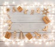 Decoración de la Navidad del vintage en la tabla de madera - cajas de regalo, ángel Imagenes de archivo