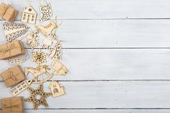Decoración de la Navidad del vintage en la tabla de madera - cajas de regalo, snowf Fotos de archivo