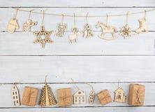 Decoración de la Navidad del vintage en la tabla de madera - cajas de regalo, snowf Imagenes de archivo
