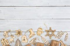 Decoración de la Navidad del vintage en la tabla de madera - cajas de regalo, snowf Foto de archivo