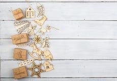 Decoración de la Navidad del vintage en la tabla de madera - cajas de regalo, snowf Fotografía de archivo libre de regalías
