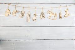 Decoración de la Navidad del vintage en la tabla de madera - copos de nieve, ange Fotografía de archivo libre de regalías