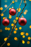 Decoración de la Navidad delante de luces fotografía de archivo