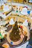 Decoración de la Navidad dentro del mundo central del centro comercial en Bangkok, Tailandia Imagen de archivo libre de regalías