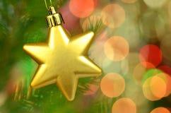 Decoración de la Navidad, ejecución de oro de la bola de la estrella de la Navidad en la ramita spruce imágenes de archivo libres de regalías