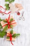 Decoración de la Navidad El envoltorio para regalos y el regalo de Navidad del adornamiento, cajas en papel del arte con satén pl Fotografía de archivo